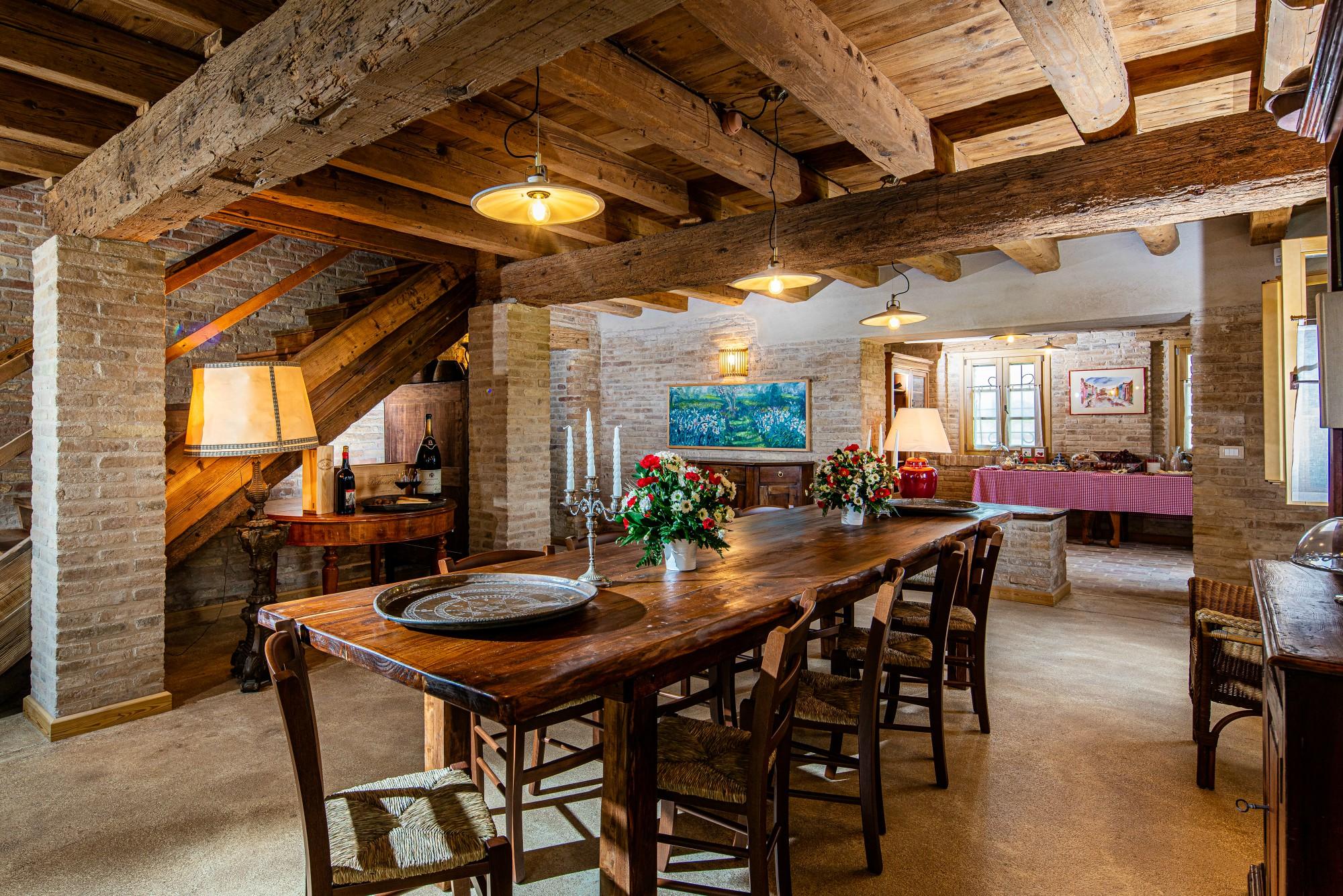 sala colazione con tavolo in legno alla casa gioconda