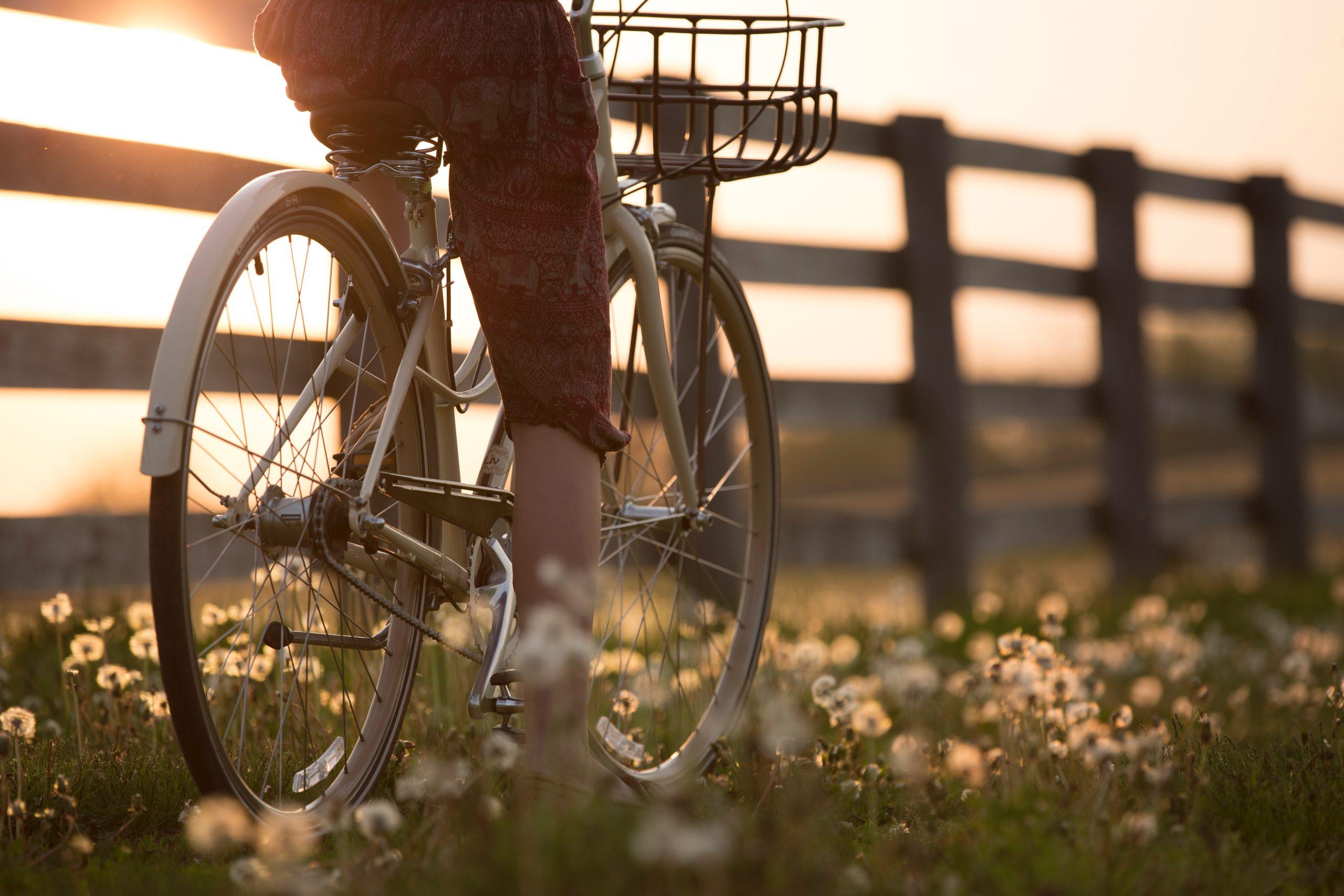 persona in bici vicino a steccato